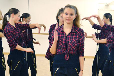 One 2 Step treten beim School Dance Award an